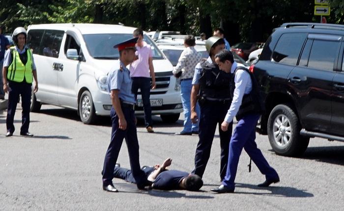Полицейские Алма-Аты и Астаны перечислили однодневную зарплату семьям погибших коллег