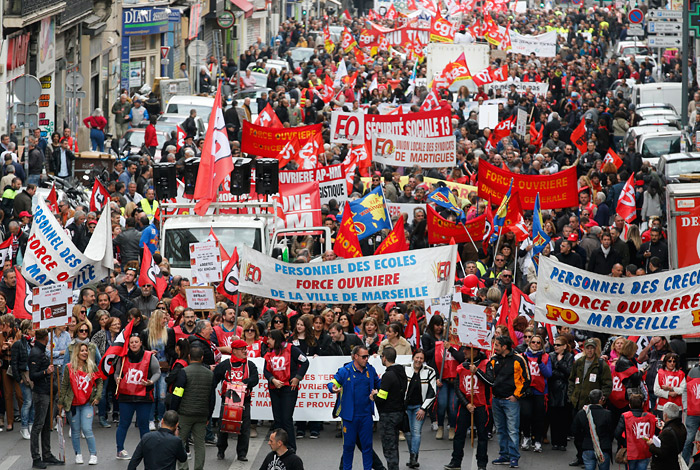 Трудовую реформу во Франции одобрили без голосования в парламенте