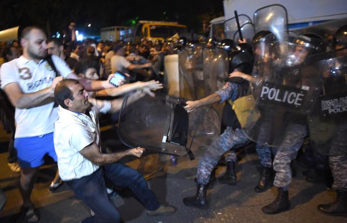 Полиция разогнала собравшихся у здания полиции в Ереване