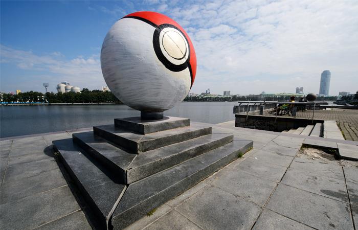 На набережной в Екатеринбурге появился гигантский покебол