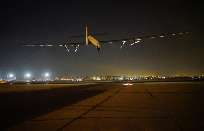 Самолет насолнечных батареях завершил кругосветный полет