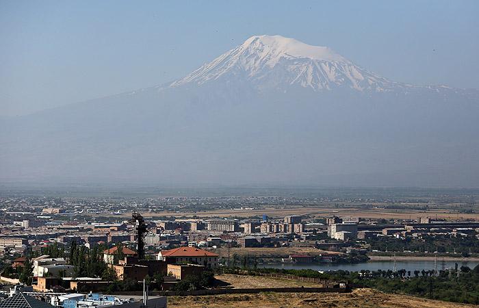 Полицейский убит выстрелом снайпера близ захваченного отдела полиции в Ереване
