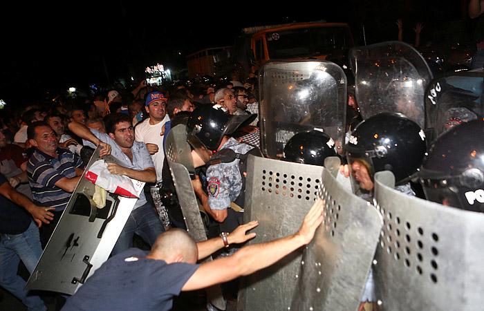 В Ереване в ходе беспорядков задержали 165 человек
