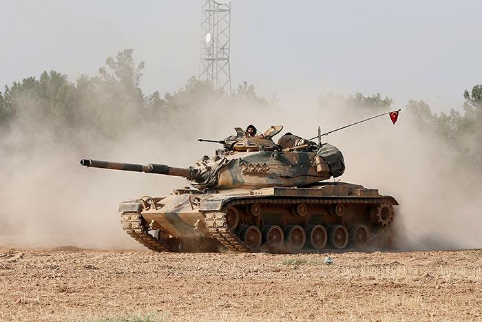 Турецкие танки после массированного обстрела пересекли сирийскую границу