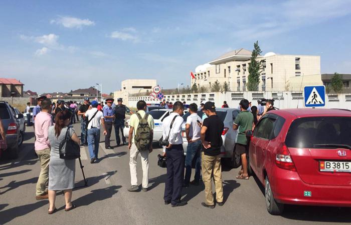 Ворота посольства КНР в Бишкеке протаранил террорист-смертник