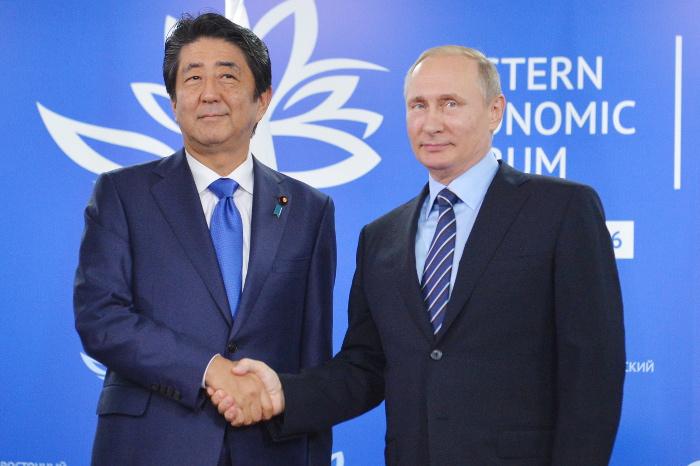 Абэ призвал Путина решить ситуацию с российско-японским мирным договором