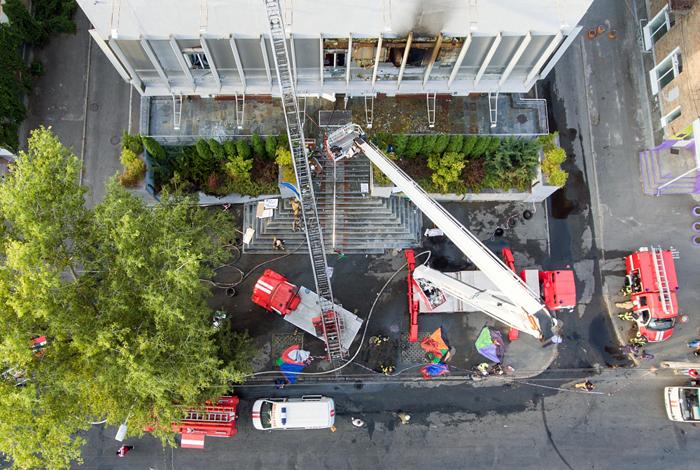 """Активисты блокировали здание телеканала """"Интер"""" в Киеве после поджога"""
