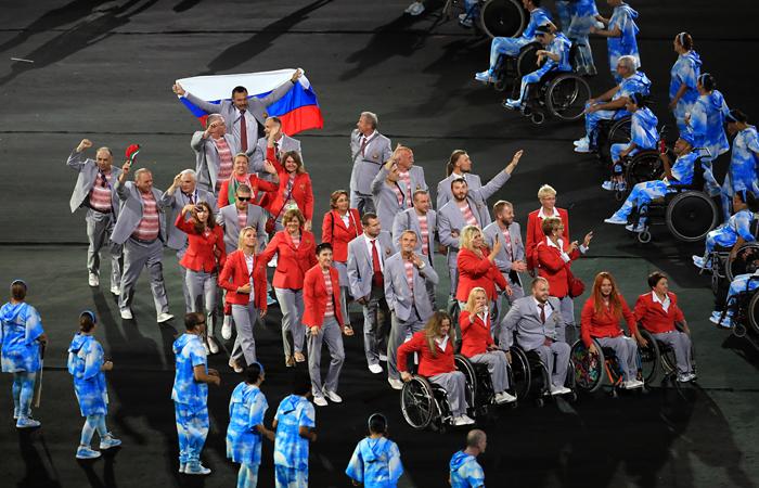 Русский флаг вбелорусской делегации паралимпийцев нес Андрей Фомочкин