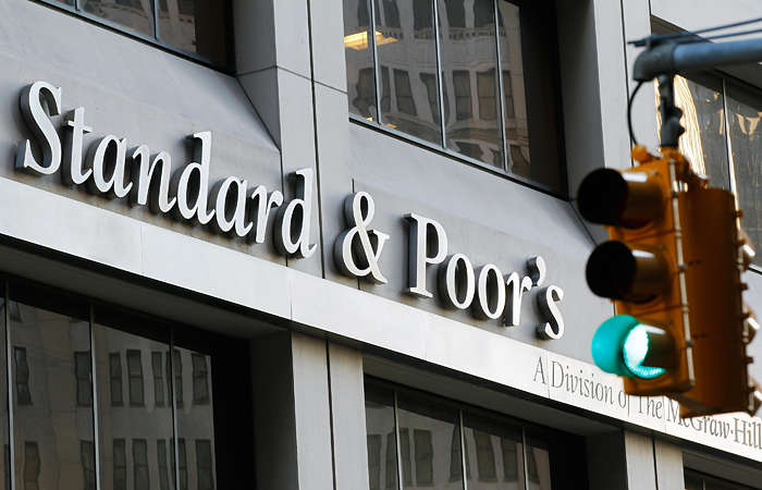 """S&P изменило прогноз суверенных рейтингов РФ с """"негативного"""" на """"стабильный"""""""