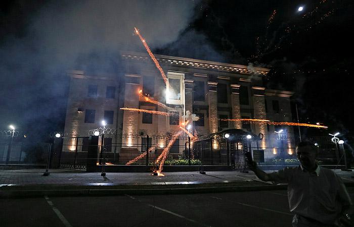 Украинские экстремисты атаковали российское посольство вКиеве
