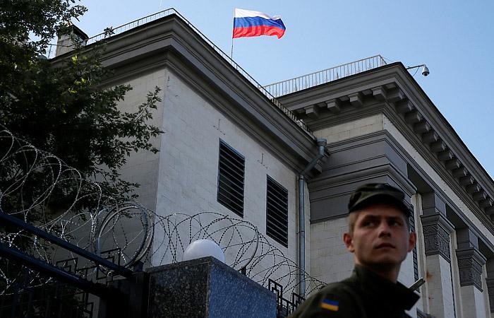Протестующие у посольства РФ в Киеве сожгли российский флаг и разошлись