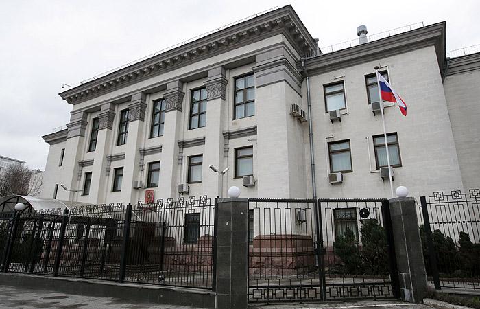 Заблокировавшие вход впосольство РФ привели ссобой собаку