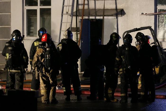 Тела восьми пожарных обнаружены в здании склада на востоке Москвы
