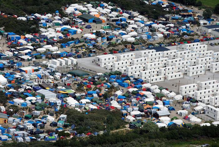 Олланд призвал демонтировать стихийный лагерь беженцев в Кале