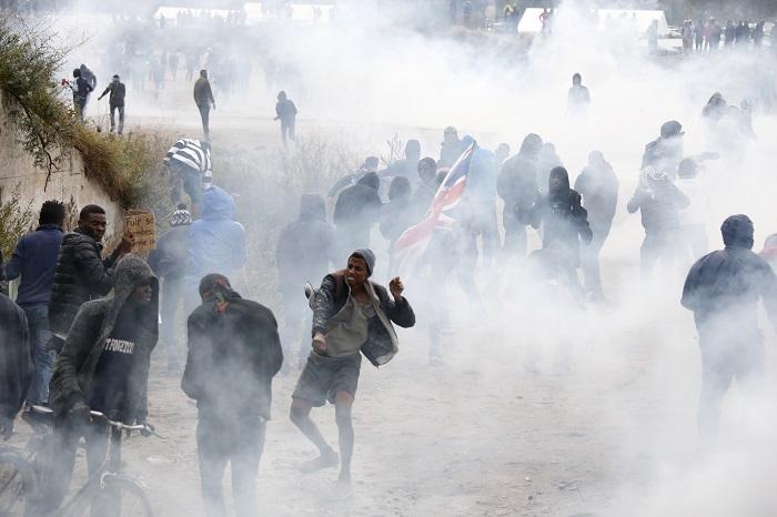 Потасовка между полицией и мигрантами произошла у французского лагеря в Кале