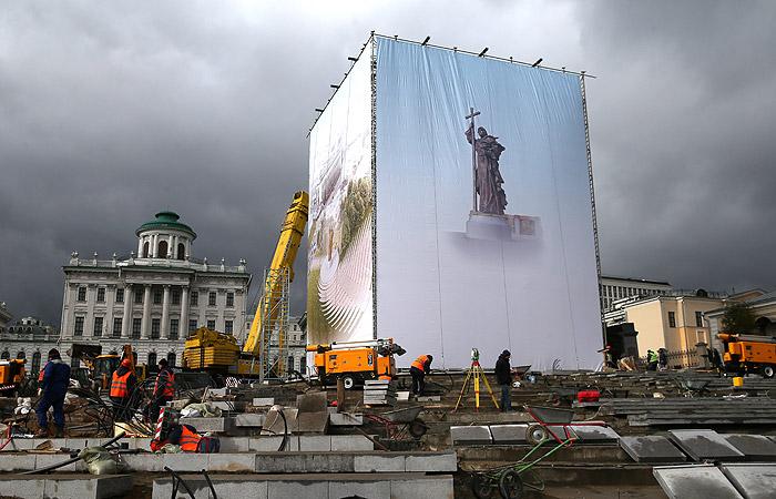 Подготовка к монтажу памятника на площади