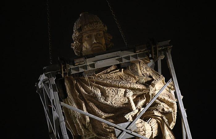 Монумент доставили из литейной мастерской Химок практически целиком. Отдельно на месте приварят правую руку и крест