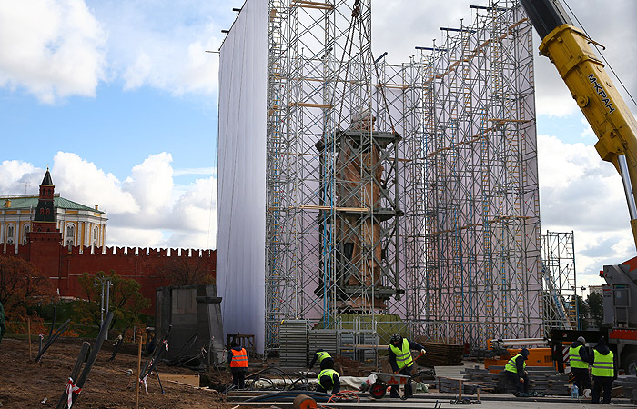 После установки памятник будет закрыт лесами и баннерами с изображением будущего вида площади