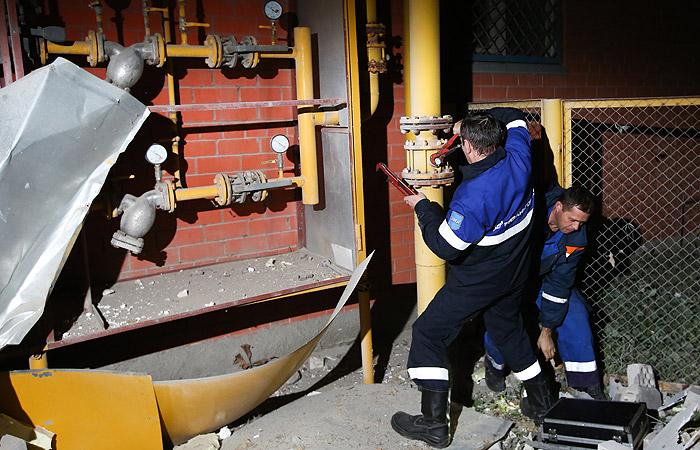 Сотрудники газовой службы на месте взрыва