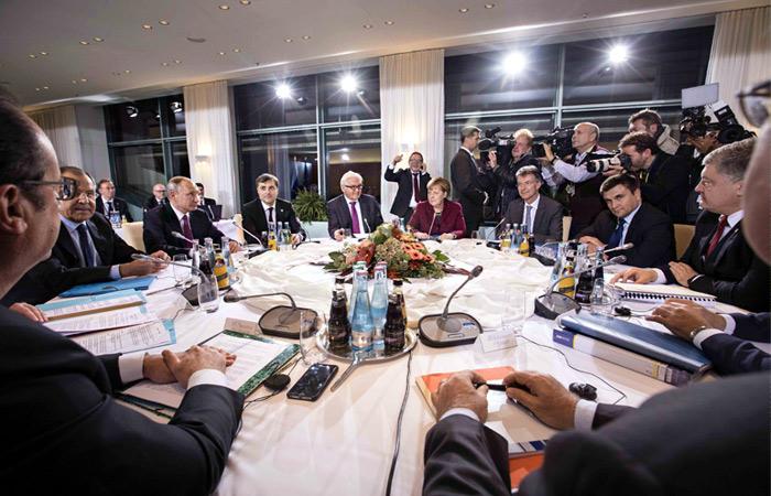 Песков опроверг, что вБерлине Порошенко «тыкал» Путину