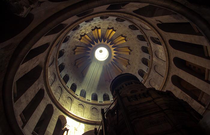 Ученые впервые с XVI века сняли плиту мрамора с ложа Христа в Гробе Господнем