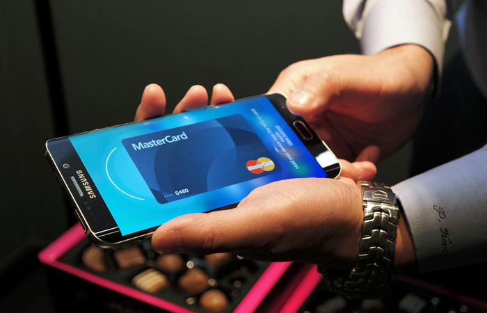 Сбербанк анонсировал запуск сервиса Samsung Pay