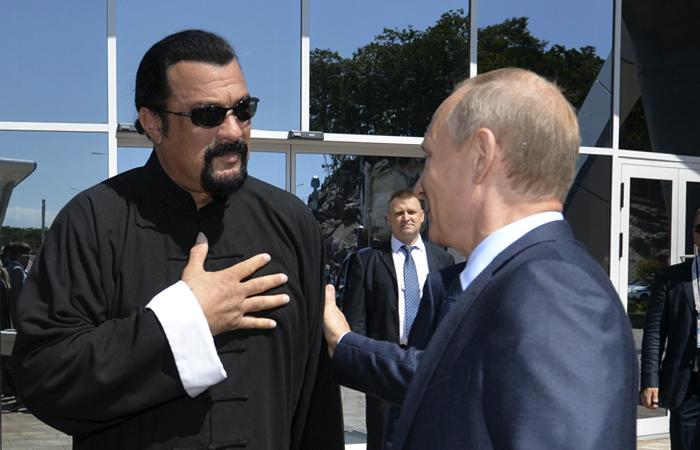 Путин дал Стивену Сигалу гражданство РФ