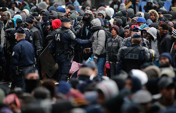 Милиция Парижа закрывает лагерь мигрантов уметро «Сталинград»