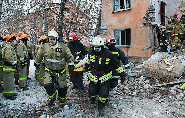 Пострадавшего человека выносят из дома после взрыва