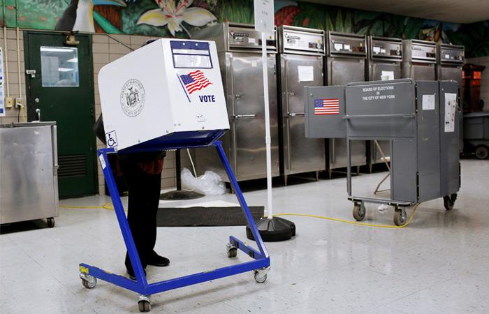 Участки для голосования навыборах президента открыли вряде штатов США