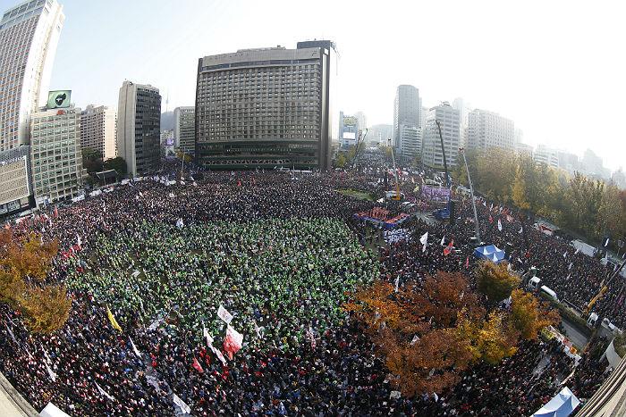 Десятки тысяч корейцев собираются намитинг против президента