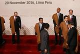 Владимир Путин сфотографировался в перуанской накидке в Лиме