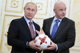 """Глава ФИФА подарил Путину футбольный мяч """"Красава"""""""