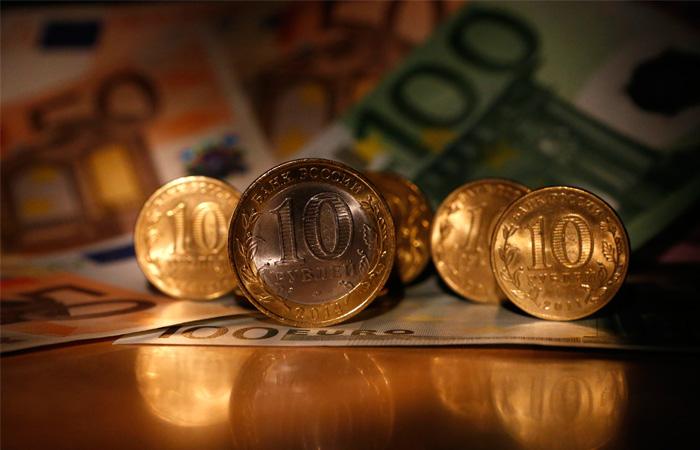 Курс евро достиг минимума заполтора года, упав ниже 67,4 рубля