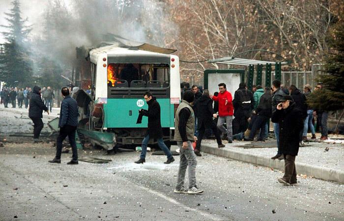 В Турции в результате взрыва автобуса с военными погибли 13 человек