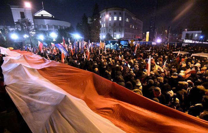 Качиньский покинул окруженное протестующими сооружение польского Сейма