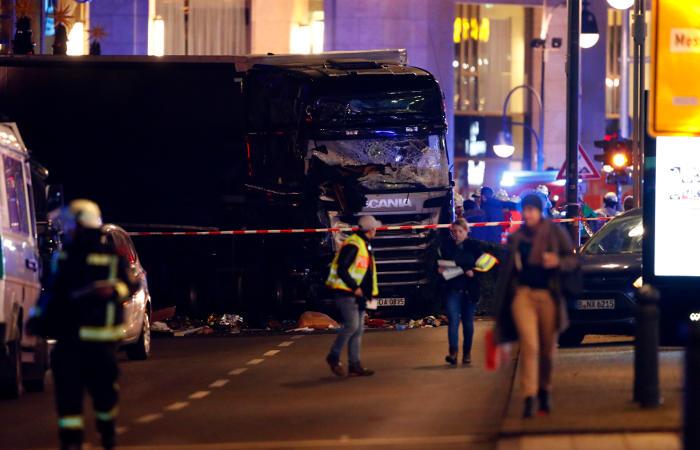 Человек погиб при наезде грузовика на рождественскую ярмарку в Берлине