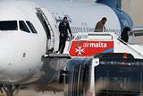 В аэропорту Мальты пассажиры начали покидать захваченный самолет