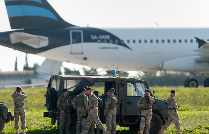 Мальтийские военные заняли позиции в аэропорту вокруг угнанного самолета