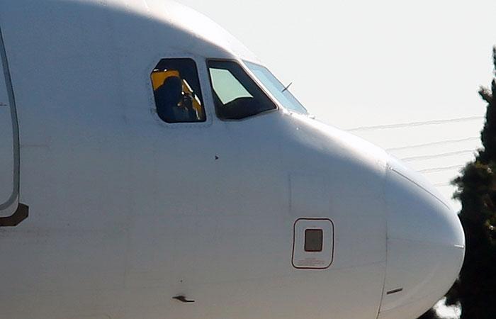 Угонщики ливийского самолета пригрозили взорвать лайнер