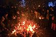 Ниш (Сербия). Люди сжигают сухие ветви дуба как часть празднования Рождества.