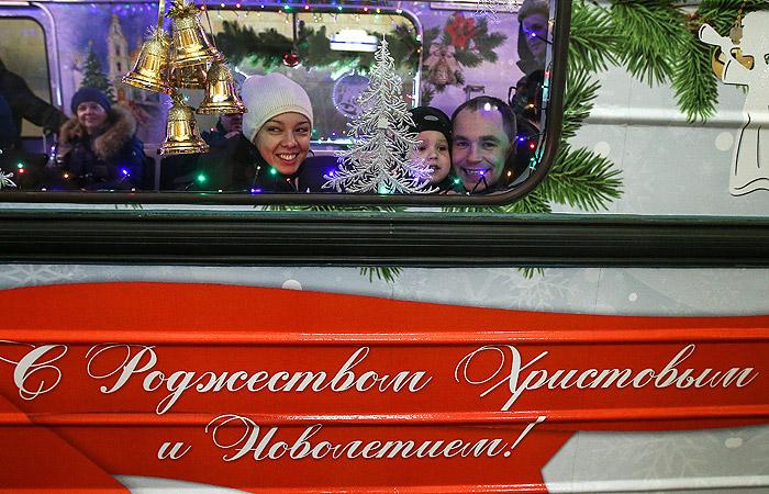 Москва. Рождественский вагон в составе новогоднего поезда на Кольцевой линии метро.