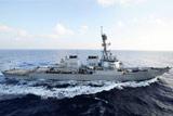 Американский эсминец открыл предупредительный огонь по иранским катерам