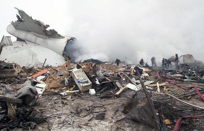 Количество жертв крушения самолета в Киргизии превысило 30 человек