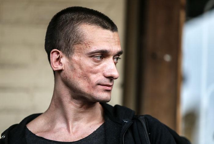 Павленский уехал во Францию после обвинения в изнасиловании