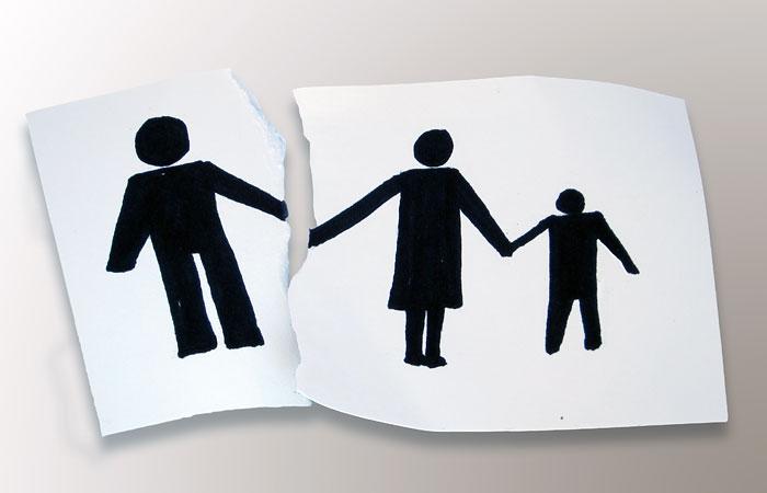Мать изъятых приемных детей с ВИЧ потребовала через суд вернуть их в семью
