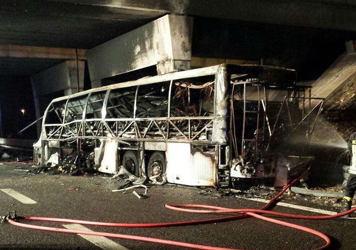 По меньшей мере 16 человек погибли в аварии школьного автобуса в Италии