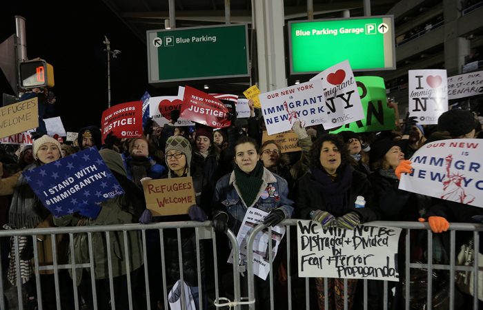 В аэропорту Кеннеди в Нью-Йорке начались протесты из-за задержаний мигрантов