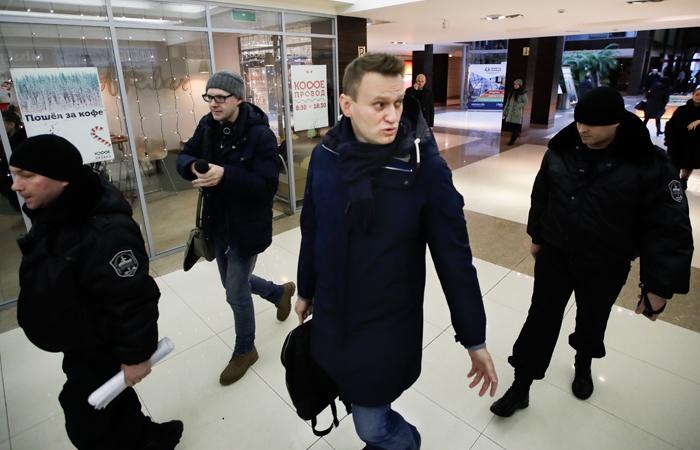 Навальный напоил чаем пришедших вФБК судебных приставов