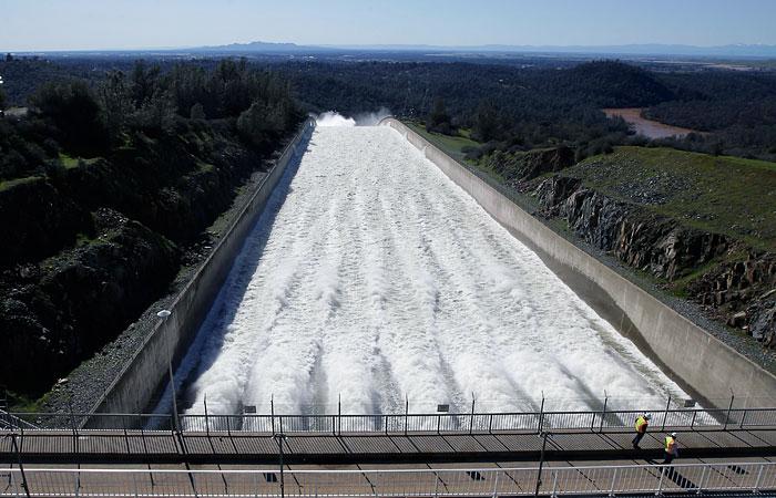 В интернете появилась прямая трансляция с аварийной плотины в Калифорнии